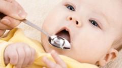 מתן תרופה נוזלית לתינוק (אילוסטרציה)