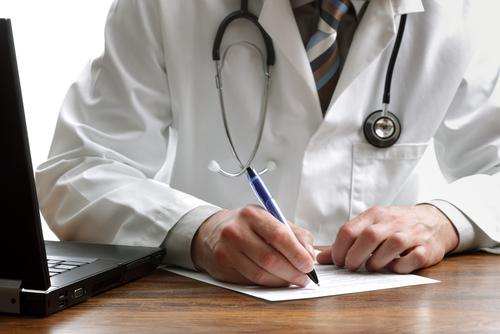 רופא רושם מרשם (אילוסטרציה)