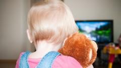 ילד צופה בטלוויזיה (אילוסטרציה)