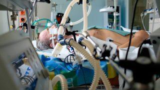 מה משפיע על יישום הוראות לטיפול תומך חיים בחולים בטיפול נמרץ?