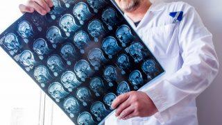 הקליניקה וממצאי MRI של טרשת נפוצה במעקב בן עשרות שנים
